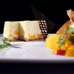 テイストシックス - マンゴーのレアチーズケーキ☆レアチーズのコクにマンゴーの甘味を加えました♪季節の味わいがウリです!
