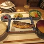 佳人 - 魚の焼ける音聞きながら暫く待つと注文した塩サバ定食750円の出来上がりです。