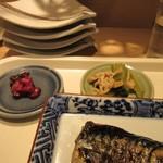 佳人 - 定食のご飯には香の物とお浸しの小鉢も添えられてました。