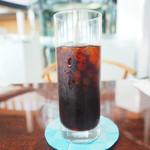 サロン・ド・テ・ロンド - マカロンセット 1026円 のアイスコーヒー