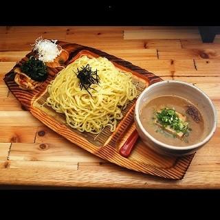 魚介×豚骨のWスープが自慢の魚介つけ麺