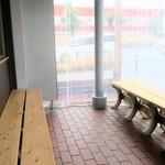 麺屋 たけ井 - ウェイティングスペース