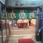 赤壁酒店 - 店内から市場の通りを見て
