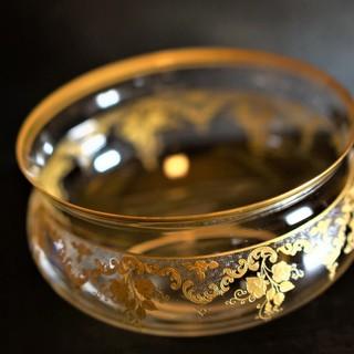 四季で見立てる拘りのアンティークグラスや銘品酒器絵皿の数々。