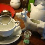 AIRSIDE CAFE - ホットのミルクティー。ミルクがうし~~(><)