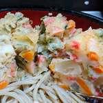ときわ朝日 - ときわ朝日 @ときわ台 冷し天ぷらそばにトッピングされる、食べやすくカットされた厚みのある野菜かき揚げ
