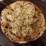ラッツダイニング - 蓮根と松の実のバジルピザ・1,296円