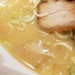 らーめん世界 - 醤油豚骨スープ  アップ