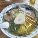 新函館ラーメン きらら - 料理写真:塩ラーメン大盛麩と茎ワカメに目が行きやした。