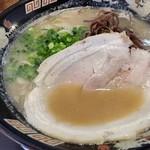 野菜が美味しい鶏豚ラーメン まる重 - 2017/9/8 豚骨ラーメン 580円(税抜)