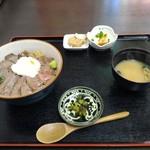 肉食堂 よかよか - あか牛丼 1,500円 小鉢2、味噌汁、漬け物付