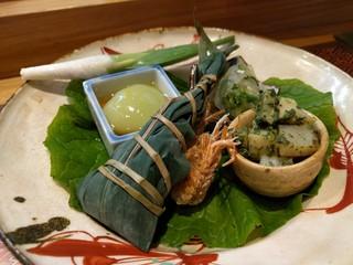 肴とお酒 うを弘 - 八寸(カスゴの粽・才巻き頭の唐揚げ・筍と炙り平貝の木の芽和え・うすい豆腐・くらげと胡瓜の酢の物)