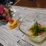 藤沢 日本酒×肉バル 来酒 - アミューズ サーモン、いくら、卵のキッシュ ホタテ、生ハム、アスパラガス サザエ、大根、インゲンのラビオリ風
