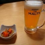 寿司居酒屋や台ずし - お通しと生ビール サントリー・ザ・モルツ