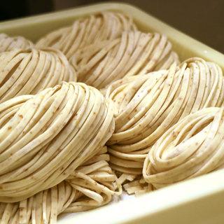 スープに絡む店内製造自家製の平打ち麺!麺大盛り無料!