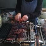 稲福 - 雀と鶉を焼く様子