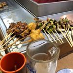 秋吉 - キャーーー!!!もう提供が早いっ!!!定番の串カツはどの店でも早いんだが、そっから時間かかる。  があり桜町店は串カツ食ってチンカチンカの冷っこいルービーでプハァ〜〜〜っとやってる間に次々と。
