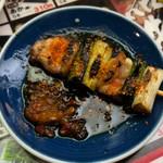 秋吉 - 秋吉タレにニンニクナンバそして一味唐辛子。  タレだけで白飯食ってチンカチンカの飲めるくらいだな。