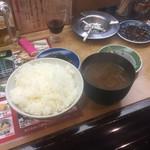 秋吉 - 白飯に赤出汁!!!  コレも他の店では一緒に来る事はまれ。 手鍋で作るからちょっと時間かかってしまう。  が桜町店では白飯と赤出汁頼むとお姉さんが、 『ごはん赤出汁セットぉぉぉ〜』で同時に来ます。