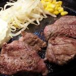 MEAT - 熟成赤身サイコロステーキ100g800円 別角度から