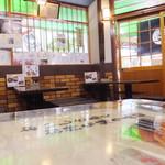 Monzensobayamahiko - 店内の様子① 芸能人のサインもあり