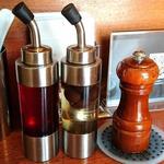 ゴッソウ - RAMEN GOSSOU @早稲田 黒胡椒と油そばに添えられる辣油・オリーブ漬けビネガー