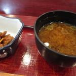 北海寿し - 郡上味噌の赤出汁と小鉢(ソイミート生姜煮)