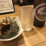 てん珠 - 料理写真:キリンラガー(600円)とお通しのさざえ
