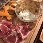 生パスタ食堂&伊酒場 タツヤ - 豚の生ハムと本日チーズの盛り合わせ