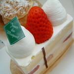 パティスリー ジュー ドゥ ミュゲ - いちごのショートケーキとシュークリーム