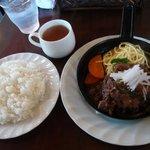 キッチンスコール - 鉄鍋ハンバーグ、和風牛すじ煮込み