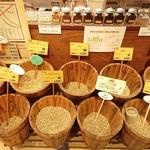 まめやコーヒー - 生のまま並べられたコーヒー豆