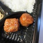 カラフル食堂 - 照り焼きチキンの横にはミートボールが添えらえてました。