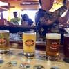 Kona Brewing Company - ドリンク写真:パブ。こちらなら直ぐにビールにたどり着けます。そしてカウンターに並んでいるのがサンプラーフライトで頼んだ4種のビール$19.79(二人分税込み)