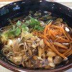 道の駅 どうし 手づくりキッチン - ふるさと山菜そば 608円。
