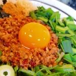 麺屋やまひで - 辛味噌ミンチ+生卵黄身。