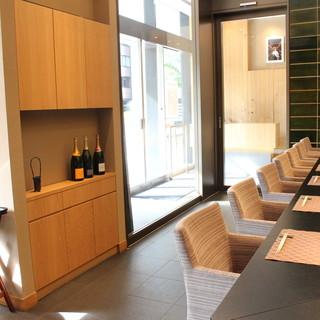 広々とした空間で日本料理とお酒をのんびりお楽しみください
