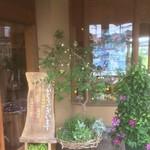 四里餅商事 大里屋 - 入口にはお花いっぱい♪