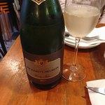 SOT L'Y LAISSE - シャンパン ボトルこの後コチラにシャンパンクーラーが置かれテーブルの上は渋滞しました。