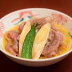 人形町今半 - 【すき焼き 極上】お肉に、おくら・葱を添えて。