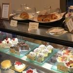 洋菓子のアルパイン - 料理写真:ショーケースには様々なケーキ