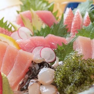 与那嶺鮮魚店から毎日仕入れ!新鮮な海の幸が勢ぞろい◎