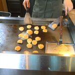 BEAR'S SUGAR SHACK - ミニパンケーキを焼いているところ