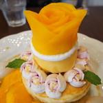 86536691 - マンゴーとライチのブーケパンケーキ(バラのアップ)