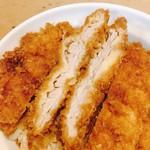 安田屋 - わらじかつ丼(1枚入り) @864円 お肉はパサパサしていなく、淡白な肉質。衣の食感とタレの味とを楽しむためのシンプルなカツ。