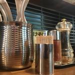 麺鮮醤油房 周月 - テーブル調味料たち