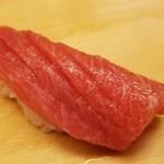 86546262 - ⑤本鮪中トロ(沖縄県産)                       包丁が入り口溶けも円やか。                       脂の甘みが拡がります。