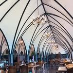 風 - 店内は長崎の大浦天主堂をイメージしているそうで、ドームのような高い天井にシャンデリアが美しい!