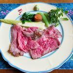 風 - 充分にお肉の旨味を引き出されたローストビーフは、絶妙な火入れ具合! 添えられたお野菜も新鮮で特にトウモロコシが美味!
