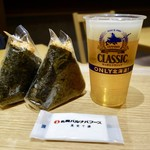 86549336 - [2018/04]おにぎり・時鮭(380円)、おにぎり・チーズおかか(300円)、サッポロクラッシック(550円)
